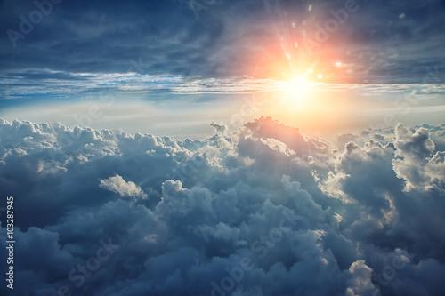 Fototapeta premium Piękne tło błękitnego nieba z chmurami