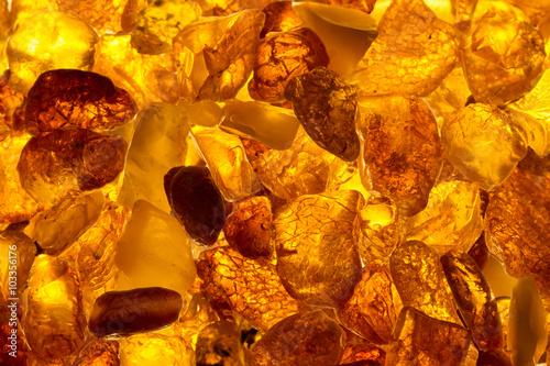Valokuva closeup baltic amber stones lie on a flat surface