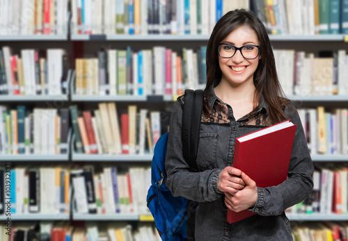 Foto Junge Studenten in einer Bibliothek
