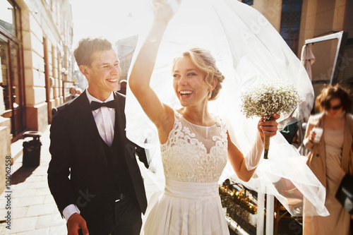 Foto Kaukasisches glückliches romantisches junges Paar, das ihre Marria feiert