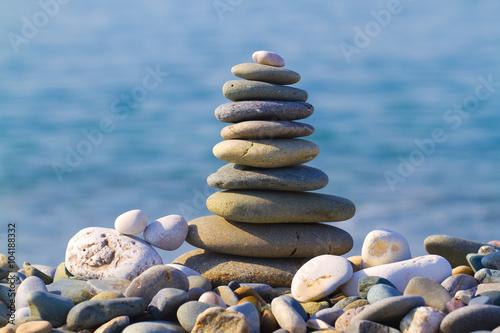 Photo pyramid of stones on the beach