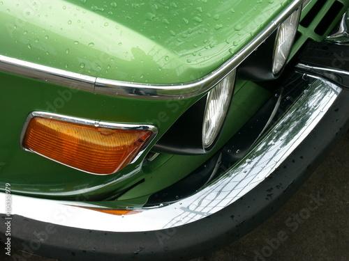 Canvas Print Regentropfen auf grünem Metalliclack eines alten Sportwagen Klassiker der Siebzi