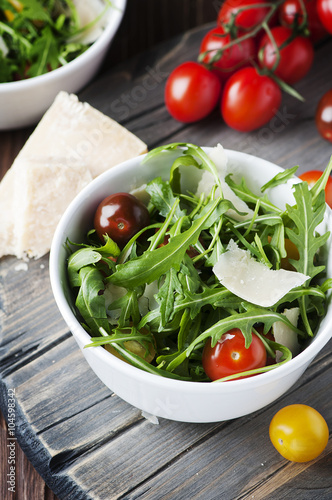 Canvas Print Healthy salad with rocket, tomato and parmesan cheese