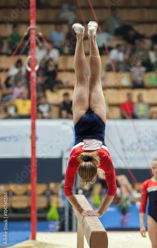 Fotografie, Obraz Спортивная гимнастика, прыжок на бревне.