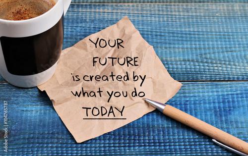 Cytat z motywacji do inspiracji Twoja przyszłość jest tworzona przez to, co robisz dzisiaj i filiżankę kawy