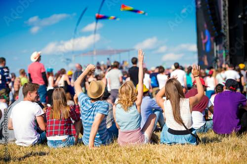 Fotografia Młodzież, letni festiwal muzyczny, siedząc przed sceną