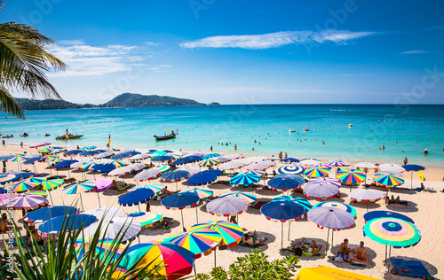 Fotografia Crowds of tourists at Patong beach in Phuket, Thailand.