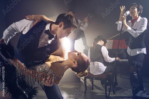 Photo Dancing couple on background jazz orchestra