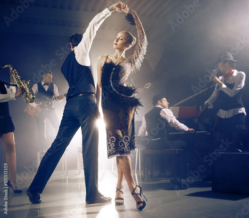 Canvas Print Dance couple dancing to a live band sounds