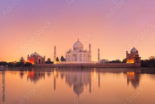 Obraz na plátně Taj Mahal in Agra, India on sunset