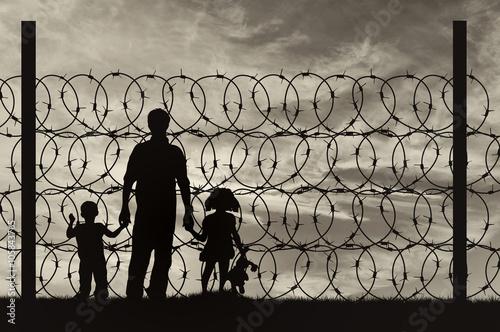 Obraz na płótnie Silhouette of a family with children refugees