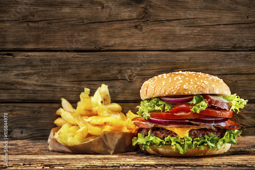 Tablou Canvas Delicious hamburger on wooden table