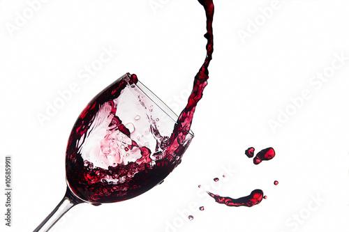 Foto Glas verschütteter Wein, der heraus spritzt
