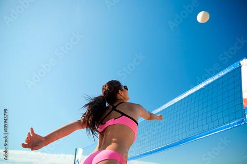 Fototapeta Mladá žena s míčem hrát volejbal na pláži