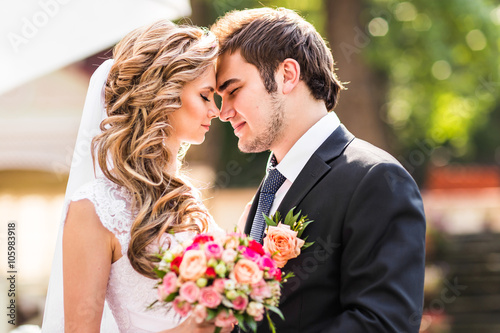 Obraz na plátne Bride and groom having a romantic moment on their wedding day
