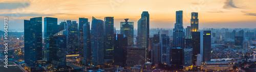 Fototapeta premium Singapur wieżowce w centrum miasta o zachodzie słońca