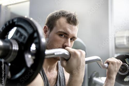 Fototapeta premium Mężczyzna na siłowni