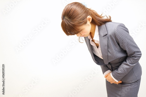 Fotomural おじぎ 謝罪 礼 会釈 女性 スーツ 会社員 オフィス キャリアウーマン / Bowing Japanese working woman in the offi