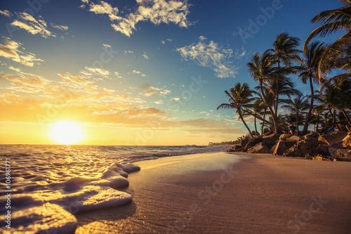 Stampa su Tela Landscape of paradise tropical island beach, sunrise shot