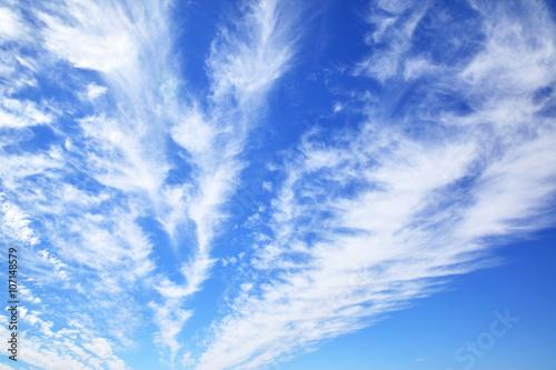 Fototapeta Błękitne niebo z chmurami w słoneczny dzień ścienna