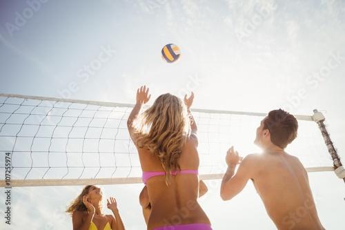 Obraz na plátně Přáteli, kteří hrají plážový volejbal