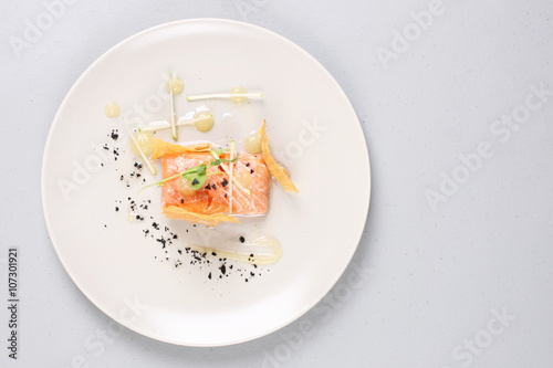 Photo Smoked salmon and sauce cooked by molecular gastronomy technic