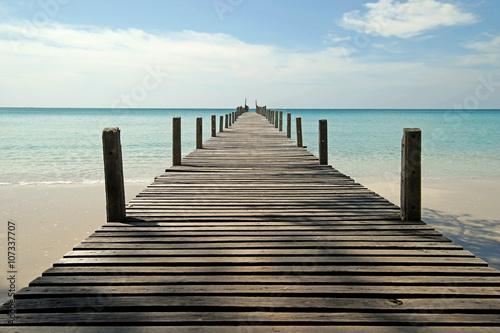 Fototapeta premium drewniane molo na słonecznej plaży