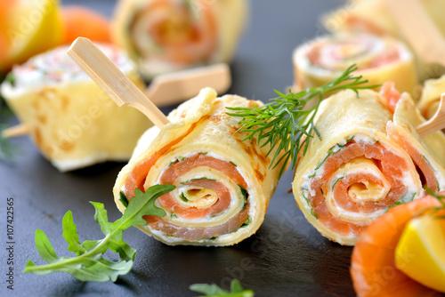 Lachs-Crepe-Röllchen mit Meerrettich-Frischkäse und Rucolablättern
