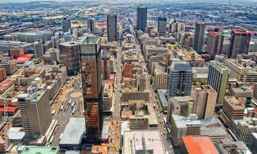 Fototapeta premium Wieżowce w Johannesburgu / Centralna dzielnica biznesowa Johannesburga to najgęstsza kolekcja drapaczy chmur w Afryce.