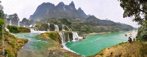 Fototapeta premium Panorama przy kaskadach wodospadu Bondzhuk, Wietnam Północny