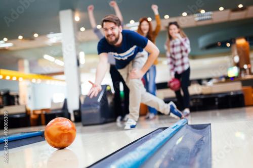 Freunde, die Spaß beim Bowling haben Fototapete