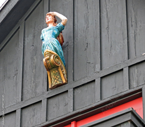Fotografiet Ship's figurehead of a woman looking out to sea.