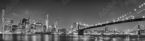 Fototapeta Widok na Nowy Jork z Brooklynu czarno-biała panoramiczna