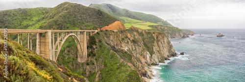 Fotografia Panorama Bixby Bridge, zabytkowy most na autostradzie Kalifornii, w pobliżu Big Sur w Monterey County w Kalifornii
