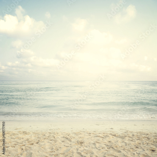 Naklejka premium Rocznik tropikalna plaża w lecie