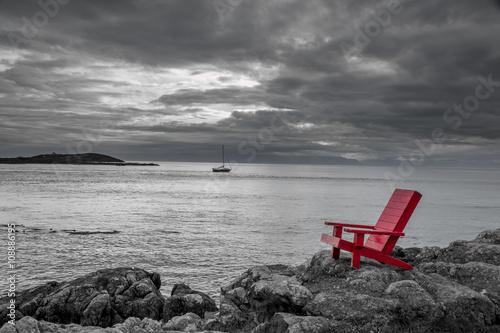 Folia na okno łazienkowe Czerwone krzesło kontrastujące z czarno-białym tłem oceanu