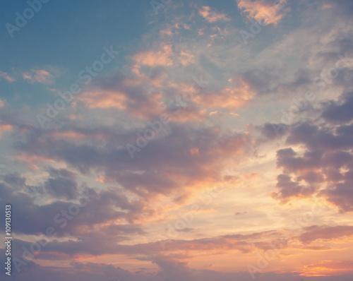 Fototapeta premium jasne niebo zachód słońca w tle