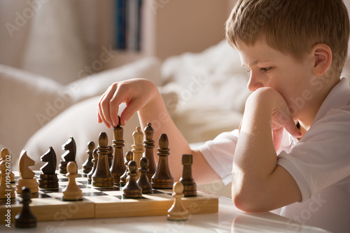 Obraz na plátně Chlapec hraje šachy v místnosti