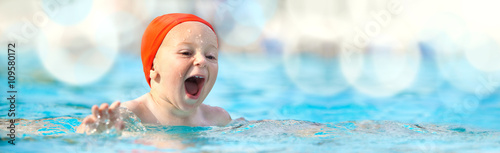 Photo happy child with swimming pool cap have fun in a pool