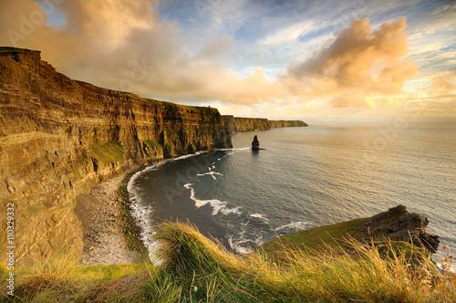 Cuadros en Lienzo Acantilados de Moher en la puesta del sol - Irlanda