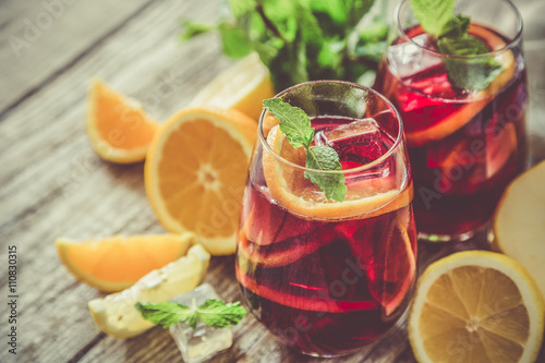 Fotografia Sangria and ingredients in glasses