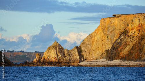 Photo View of an ocean coastline during sunset at Pointe de Toulinguet in Brittany, Fr