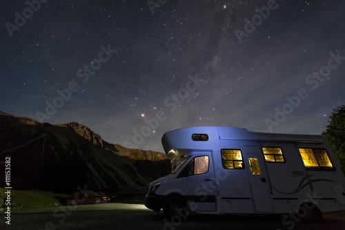 Fotografia campervan with milky way at night
