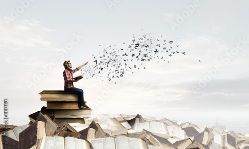 Photo Hipster guy with book in hands