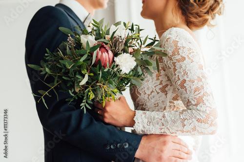 Fotografia, Obraz bride and groom together holding wedding bouquet