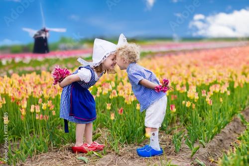 Canvas Print Dutch children in tulip field