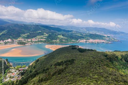 Vista panorámica de Urdaibai y la costa Cantábrica, Vizcaya (España)