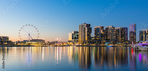 Fototapeta premium Panoramiczny obraz obszaru nabrzeża docklands w Melbourne