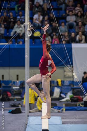 Obraz na plátně Gymnastika. Gymnastka dělá cvičení na kladině.