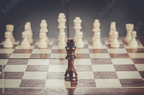 Fototapeta šachy vedení koncepce na dřevěné šachovnici